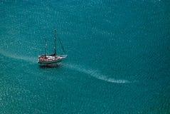 Navigation de bateau en mer bleue Photos stock