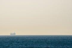 Navigation de bateau en mer pendant le matin Images libres de droits