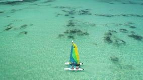 Navigation de bateau ou de canoë en mer des Caraïbes près de plage de Punta Cana Vacances d'été banque de vidéos