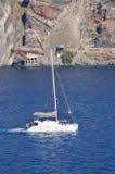 Navigation de bateau par la baie de la photo d'île de Santorini de la haute mer Paysages de transport, croisières, voyage images stock