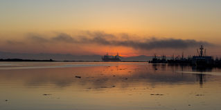 Navigation de bateau pendant le coucher du soleil Photographie stock