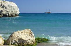 Navigation de bateau sur la surface douce de la mer Méditerranée photo stock