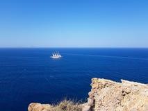 Navigation de bateau sur un grand océan bleu photos libres de droits