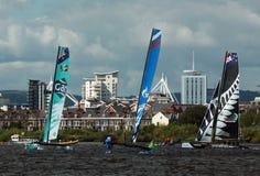 Navigation de catamaran dans la baie de Cardiff Photos libres de droits