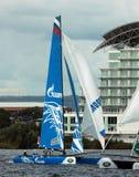 Navigation de catamaran dans la baie de Cardiff Photographie stock