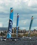 Navigation de catamaran dans la baie de Cardiff Images stock