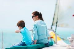 Navigation de famille sur le yacht de luxe Images stock