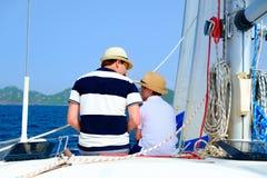 Navigation de famille sur un yacht de luxe Photographie stock libre de droits