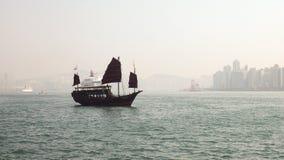 Navigation de Hong Kong Harbor Wooden Ship avec l'horizon de bâtiment photographie stock