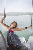 Navigation de jeune femme sur le yacht Photos libres de droits