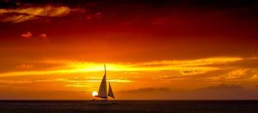 Navigation de Katarmaran de coucher du soleil d'Aruba après The Sun photographie stock