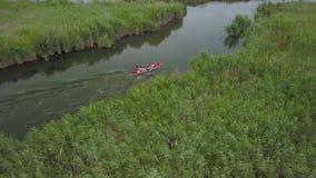 Navigation de kayak sur la rivi?re banque de vidéos