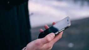 Navigation de la ville utilisant un navigateur mobile plan rapproché des mains des Européens à l'aide du téléphone Orientation pe Photos libres de droits