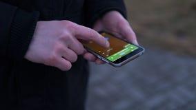 Navigation de la ville utilisant un navigateur mobile plan rapproché des mains des Européens à l'aide du téléphone Orientation pe Image stock