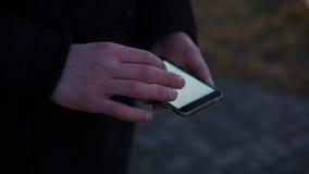 Navigation de la ville utilisant un navigateur mobile plan rapproché des mains des Européens à l'aide du téléphone Orientation pe Photographie stock libre de droits