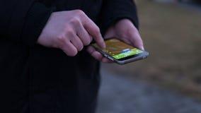 Navigation de la ville utilisant un navigateur mobile plan rapproché des mains des Européens à l'aide du téléphone Orientation pe Photos stock