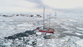 Navigation de la voile de yacht dans l'océan congelé dangereux arctique clips vidéos