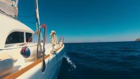 Navigation de luxe de bateau de yacht sur la mer vers l'île clips vidéos