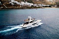 Navigation de luxe de yacht à l'île de Mykonos Images libres de droits