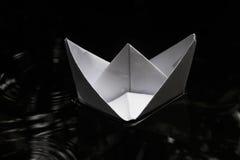 Navigation de papier de bateau sur la surface de l'eau Photo stock