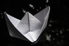 Navigation de papier de bateau sur la surface de l'eau Photographie stock libre de droits