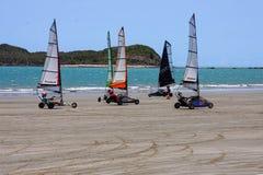 Navigation de terre sur la plage Image stock