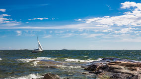 Navigation de voilier de yacht en mer baltique Photos libres de droits