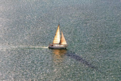 Navigation de voilier sur l'eau Photo stock