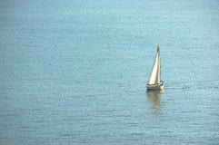 Navigation de voilier sur l'eau Photographie stock libre de droits