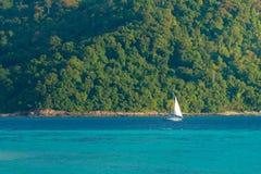 navigation de voilier sur l'eau de mer de deux couleur-tons image stock