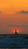 Navigation de yacht au coucher du soleil Image stock