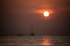 Navigation de yacht contre le coucher du soleil. Paysage Thaïlande de mode de vie de vacances. Images libres de droits