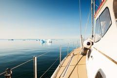 Navigation de yacht dans l'Océan Atlantique au Groenland Images stock