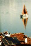 Navigation de yacht dans le lac Images libres de droits
