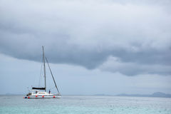 Navigation de yacht en mer orageuse photographie stock