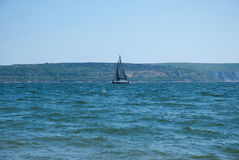 Navigation de yacht le long de la côte de l'Angleterre Photographie stock libre de droits