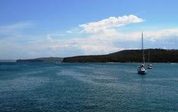 Navigation de yacht sur l'eau Photo stock