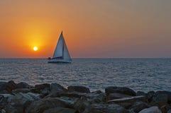 Navigation de yacht sur le coucher du soleil Image libre de droits
