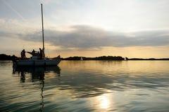 Navigation de yacht vers le coucher du soleil sur le lac Trakai Photo stock