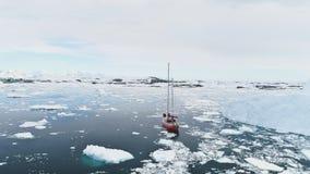Navigation du voyage de yacht en glace impétueuse de calme de l'Antarctique banque de vidéos