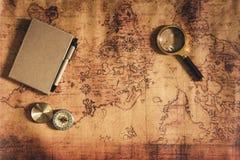 Navigation erforschen Reiseplanung mit Kompasslupen- und -notizbuchplan auf Weltkartehintergrund , Expeditionen lizenzfreie stockfotos