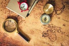 Navigation erforschen Reiseplanung mit Kompasslupen- und -taschenuhrplan auf Weltkartehintergrund , Expeditionen lizenzfreie stockfotos