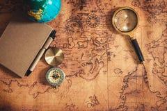 Navigation erforschen von der Reise-Planung mit Kompass-und Lupen-Plan auf Weltkarte-Hintergrund , Forschen Expeditionen nach stockbild