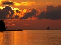 Navigation loin au coucher du soleil photo stock