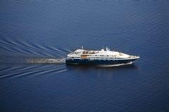 Navigation moderne de yacht sur la mer photographie stock libre de droits