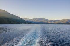 Navigation par la mer ionienne entre les ports de Sami Kefalon photographie stock libre de droits