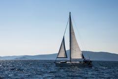 Navigation parmi les îles de la Croatie images libres de droits