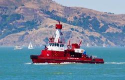 Navigation rouge de bateau-pompe à San Francisco Bay Photographie stock libre de droits