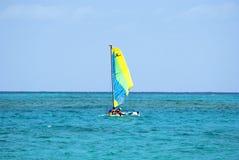 Navigation simple de catamaran dans l'océan Photographie stock libre de droits