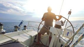 Navigation sur le bateau à voile banque de vidéos